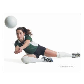 un jugador de voleibol femenino caucásico joven en postal