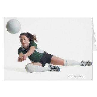 un jugador de voleibol femenino caucásico joven en tarjetas
