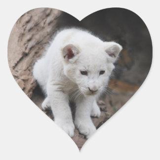 Un león lindo del blanco del bebé pegatina en forma de corazón