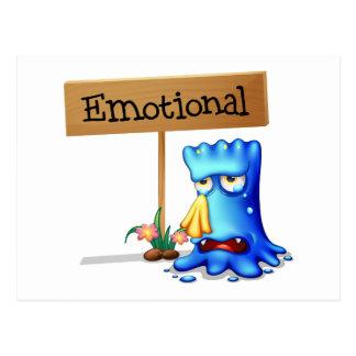 Un monstruo muy emocional cerca de un letrero postal