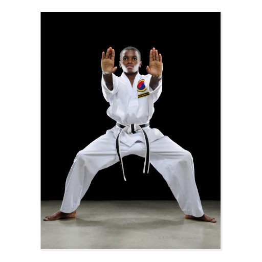 Un muchacho (15 años) en un uniforme del karate co tarjeta postal