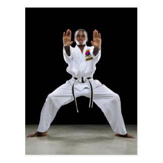 Un muchacho (15 años) en un uniforme del karate postal