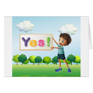 Un muchacho que sostiene un letrero tarjeta de felicitación