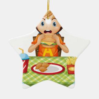 Un niño que come en un restaurante de comida ornamentos de navidad
