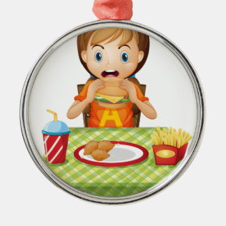 Un niño que come en un restaurante de comida ornamento de navidad