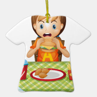 Un niño que come en un restaurante de comida adorno para reyes