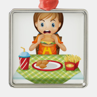 Un niño que come en un restaurante de comida ornamentos para reyes magos