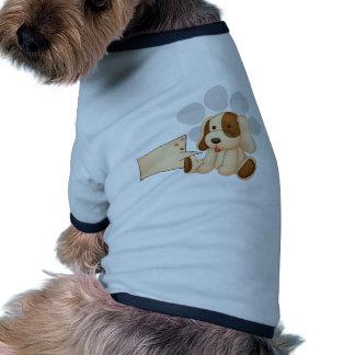 Un perro lindo con una plantilla rectangular vacía ropa de perro