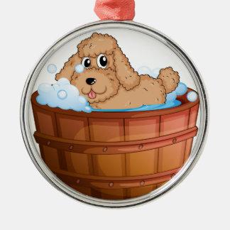 Un perro que toma un baño adorno redondo plateado