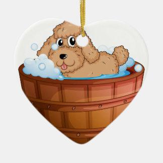 Un perro que toma un baño adorno de cerámica en forma de corazón