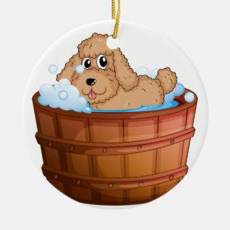 Un perro que toma un baño adorno redondo de cerámica