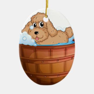 Un perro que toma un baño adorno ovalado de cerámica