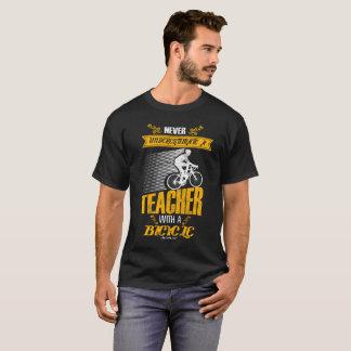 Un profesor con una camiseta de la bicicleta
