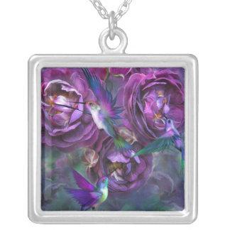Un rosa nombrado collar usable del arte de Violett
