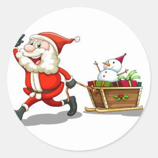 Un Santa sonriente que tira de un trineo Pegatina Redonda
