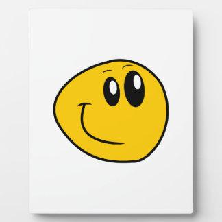 Un smiley feliz amarillo deformado placa expositora
