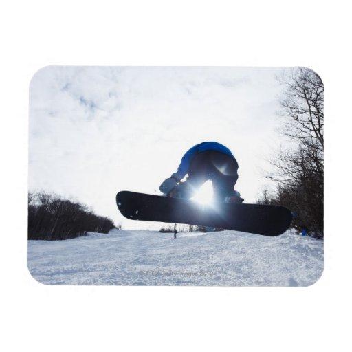Un snowboarder de sexo femenino toma el aire en Ne Imanes De Vinilo