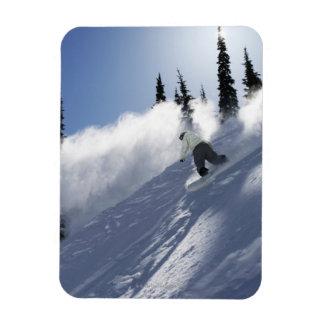 Un snowboarder de sexo masculino que rasga el polv imán foto rectangular