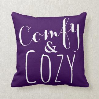 Una almohada de tiro cómoda púrpura oscura -