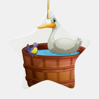 Una bañera con los pájaros adorno de cerámica en forma de estrella