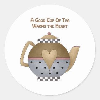 Una buena taza de té calienta el corazón pegatina redonda