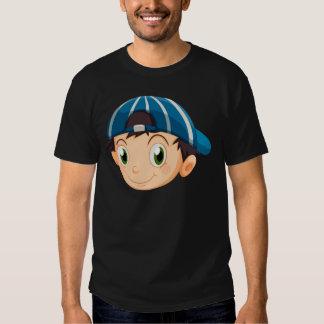 Una cabeza de un muchacho joven con un casquillo camisetas