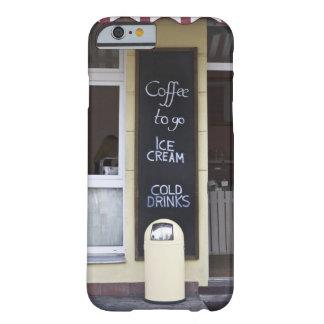 una cafetería con un café a ir muestra funda para iPhone 6 barely there