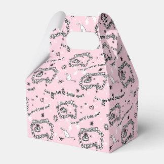 Una caja cubierta en vagos del gato