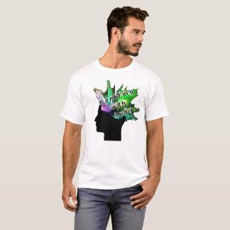 """Una camiseta cómoda con """"que pasea con el logotipo"""