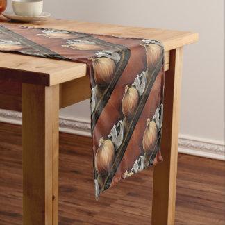 Una cebolla y una seta camino de mesa