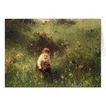 Una chica joven en un campo tarjeta