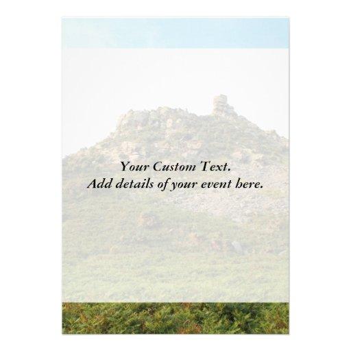 Una colina con las rocas invitacion personal