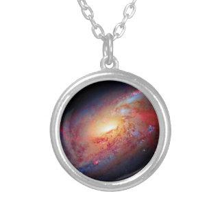 Una galaxia espiral más sucia M106 Colgante Redondo