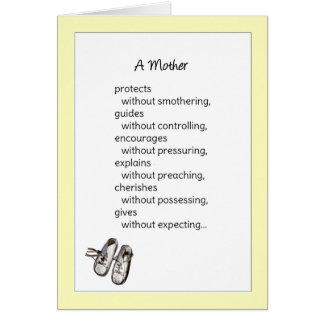 Una madre protege… al nuevo bebé tarjeta de felicitación