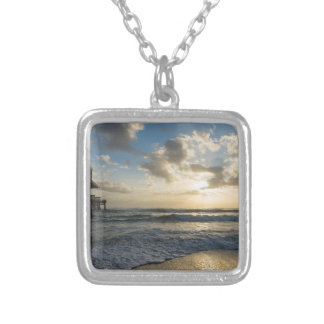 Una mañana gloriosa de la playa collar plateado
