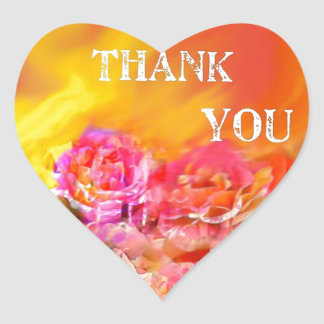 Una mano de gracias tiende por completo hacia pegatina en forma de corazón