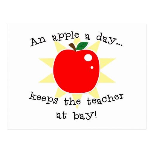 Una manzana al día guarda al profesor en la bahía tarjeta postal