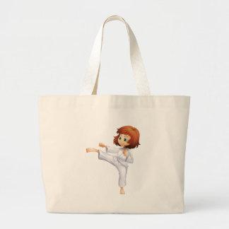 Una mujer joven que hace karate bolsa lienzo
