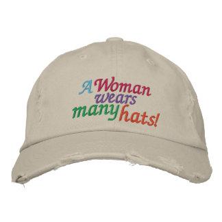 Una mujer lleva muchos gorras gorra de beisbol bordada