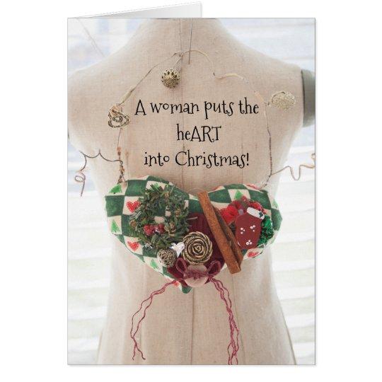 Una mujer pone el corazón en tarjeta de Navidad