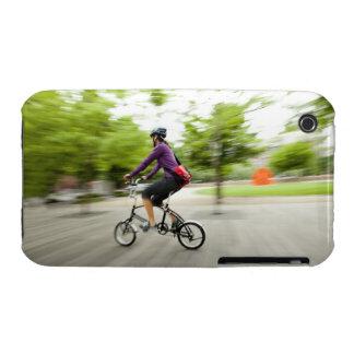Una mujer que usa una bici plegable para conmutar Case-Mate iPhone 3 cárcasas