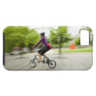 Una mujer que usa una bici plegable para conmutar iPhone 5 coberturas
