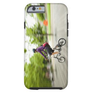 Una mujer que usa una bici plegable para conmutar funda de iPhone 6 tough