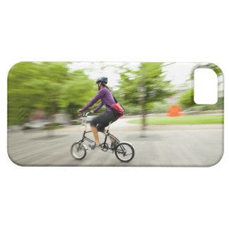 Una mujer que usa una bici plegable para conmutar iPhone 5 Case-Mate coberturas