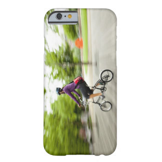 Una mujer que usa una bici plegable para conmutar funda de iPhone 6 barely there