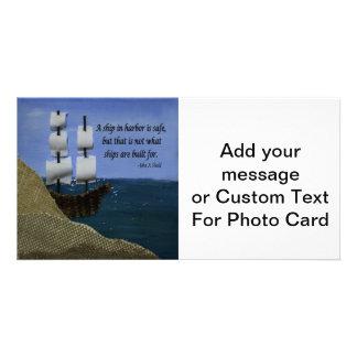 Una nave en puerto es cita inspirada segura tarjeta fotográfica