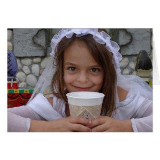 Una niña se vistió para el almuerzo como novia tarjeta de felicitación
