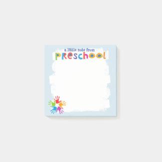 Una pequeña nota de notas de post-it preescolares