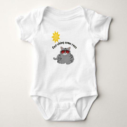 Una pieza de cogida del bebé del gato de algunos body para bebé