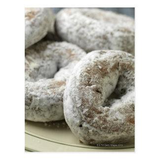 Una placa de los anillos de espuma del azúcar postal
